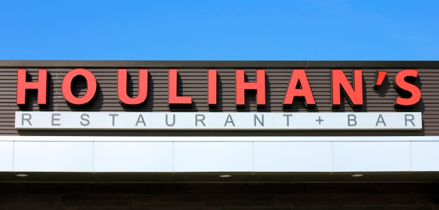 Houlihans-Upper-Arlington-Ohio-Restaurant-girl-about-columbus